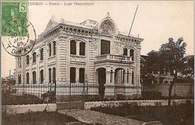 Ngôi nhà không địa chỉ. Trụ sở sinh hoạt của hội Tam Điểm chi nhánh «Tình Huynh Đệ Bắc kỳ» thuộc Đại Đông Pháp.